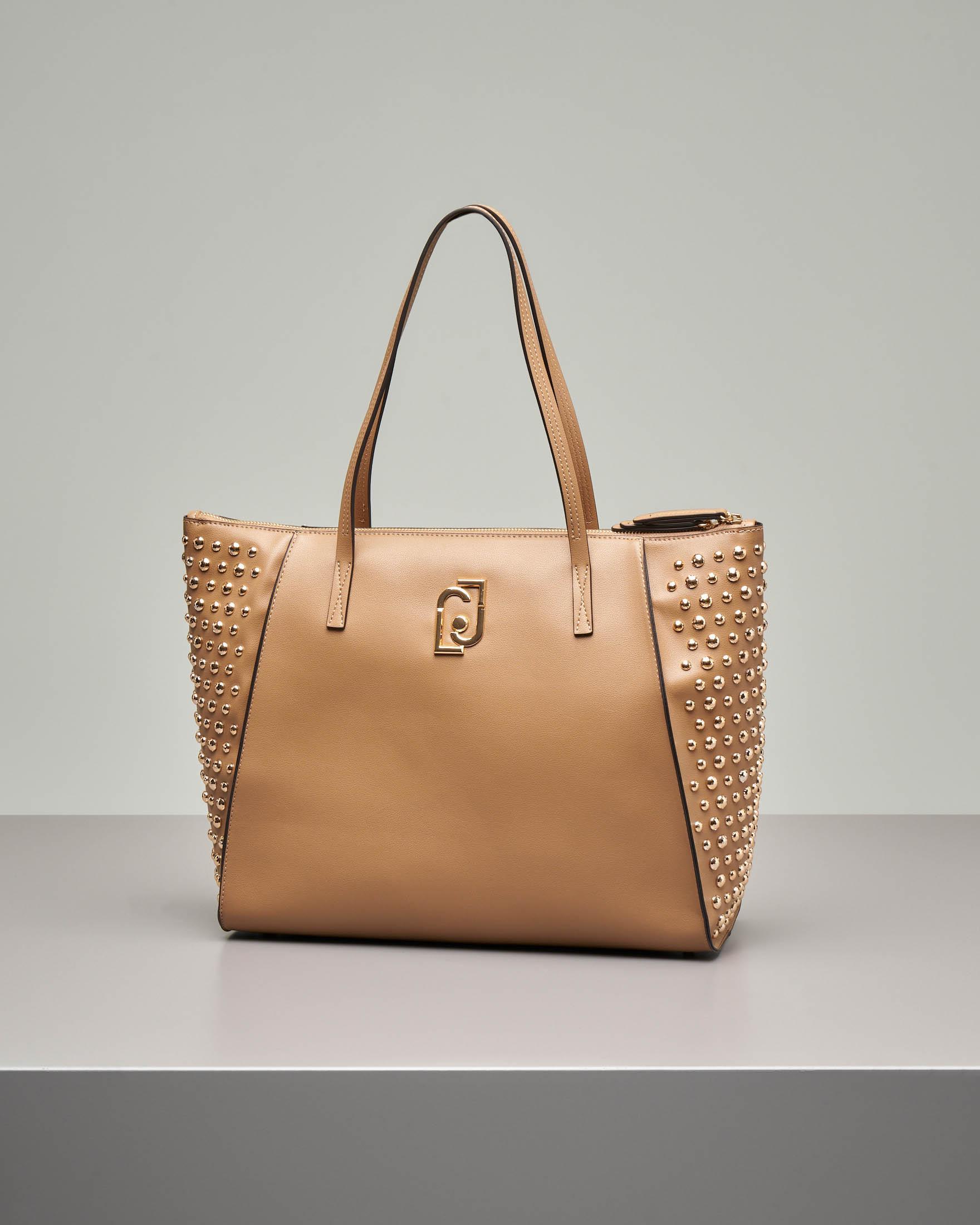 Shopping bag cammello misura grande in ecopelle effetto liscio con borchie tonde argento applicate sui lati