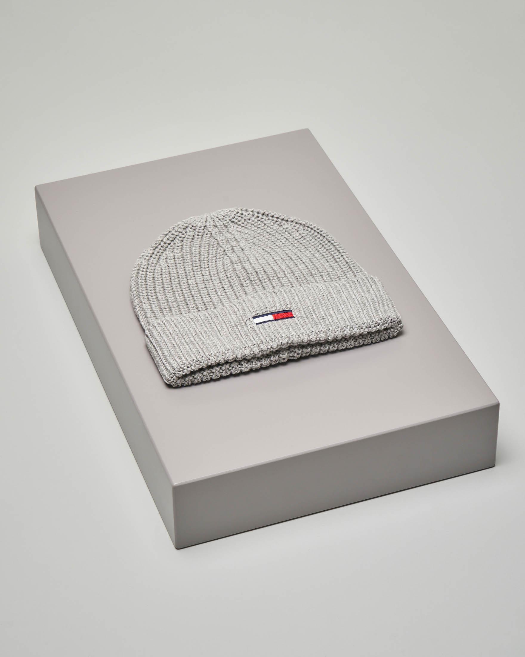 Berretto tricot grigio con bandiera logo a contrasto di colore