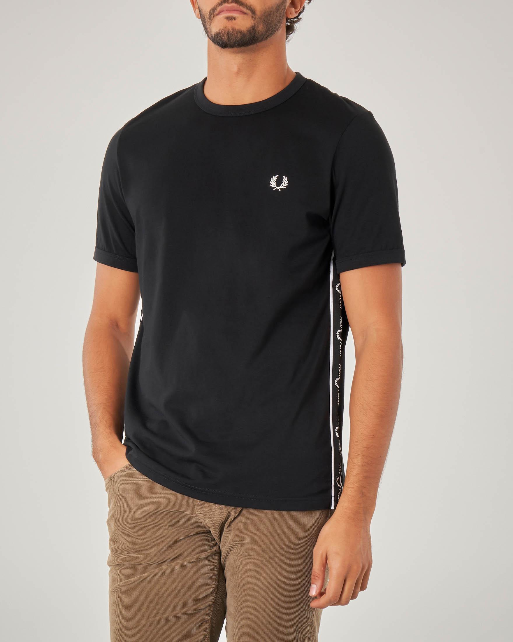 T-shirt nera mezza manica con banda logata