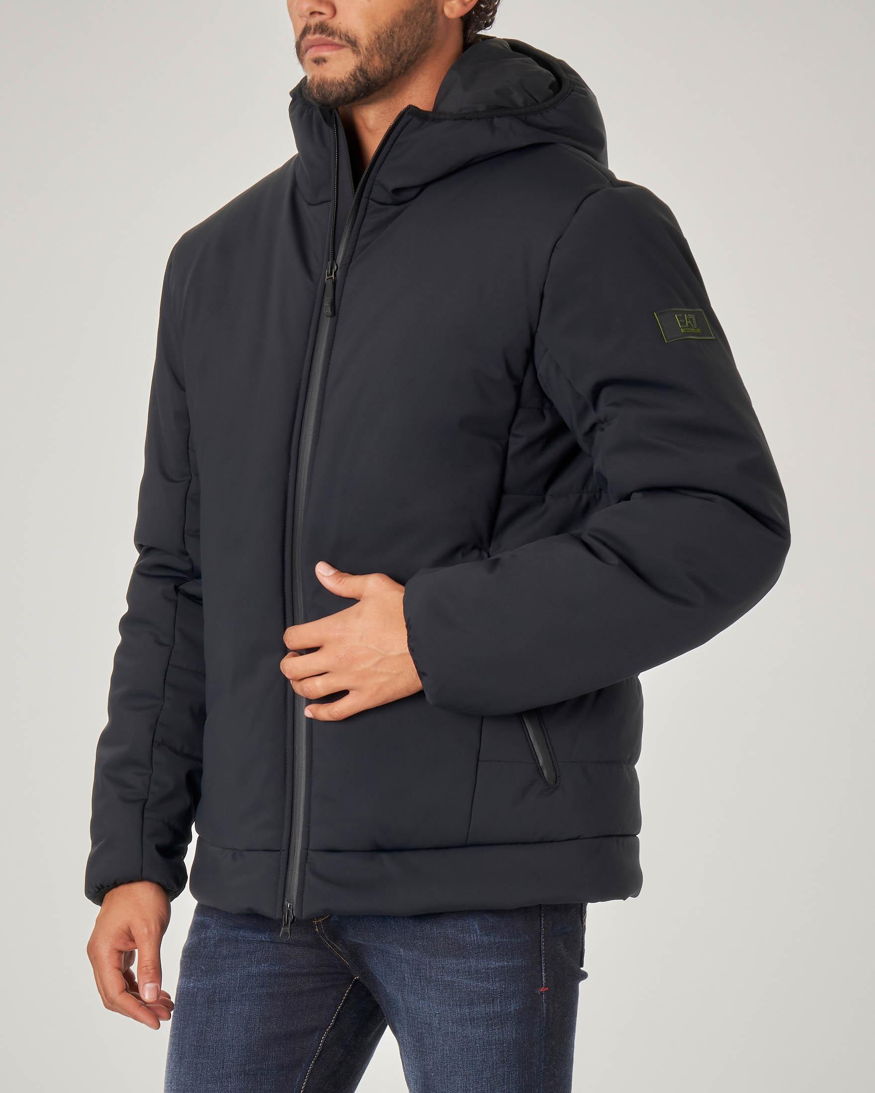 Giacca nera in tessuto tecnico stretch con cappuccio e zip termonastrate