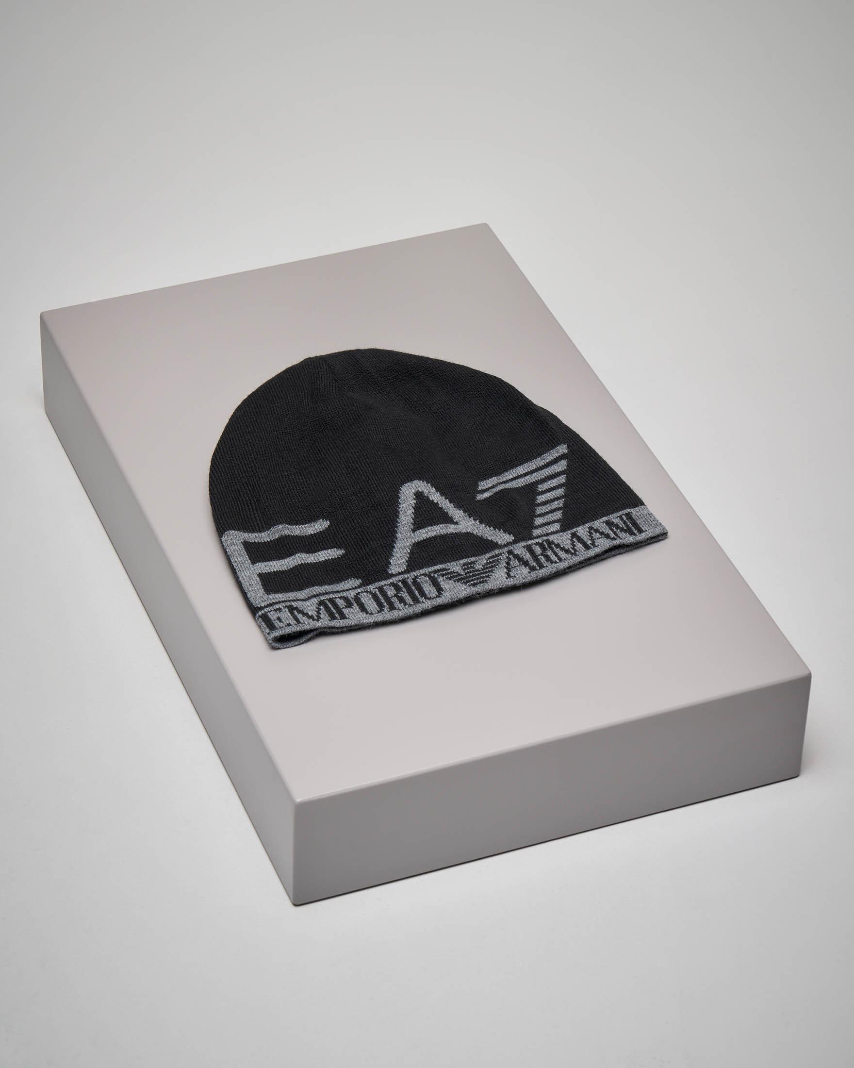 Berretto nero con maxi logo in contrasto