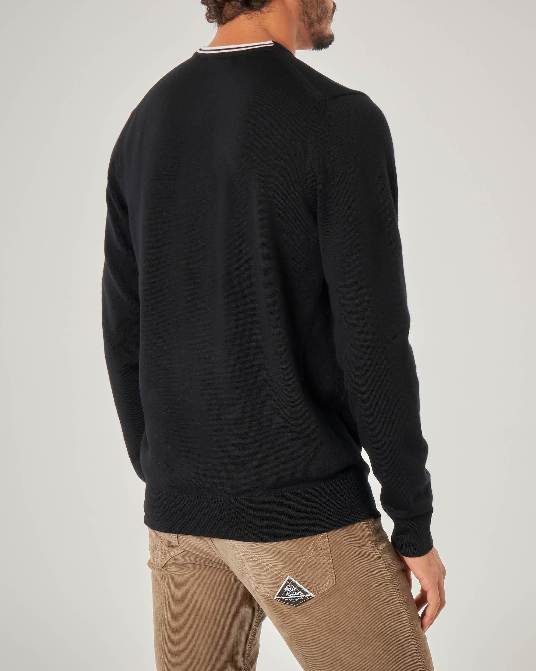 Maglia nera in lana merino girocollo