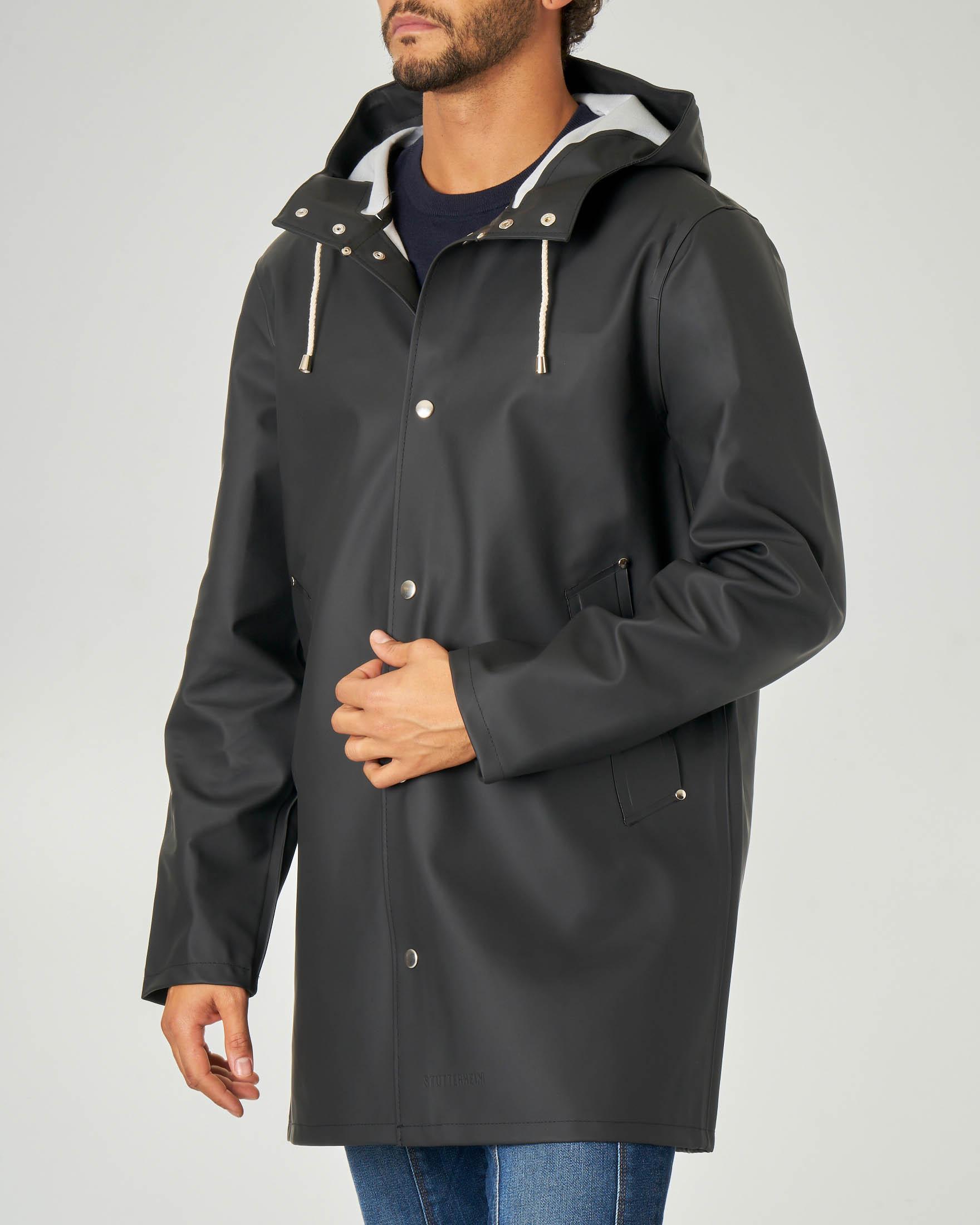 Impermeabile nero in tessuto gommato con cappuccio