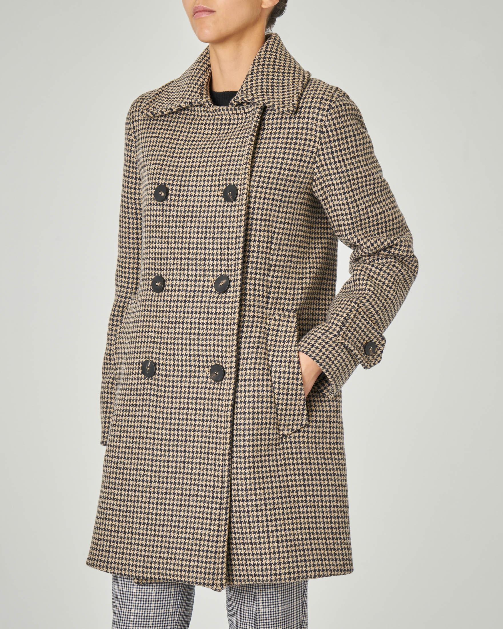 Cappotto doppiopetto con colletto a camicia in tessuto misto lana a fantasia pied de poule cammello e blu