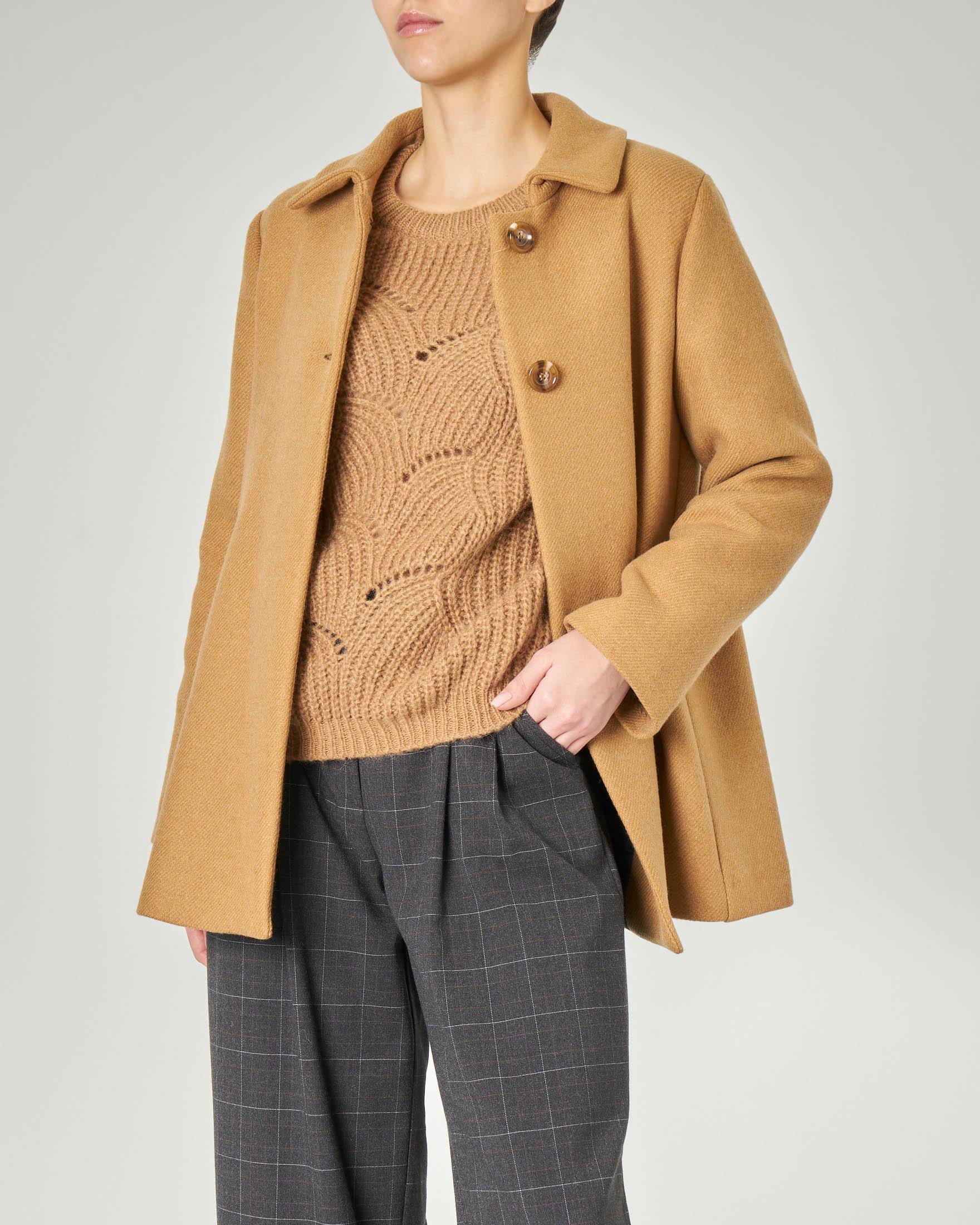 Cappottino color cammello in tessuto misto lana con lavorazione diagonale con spacco sul retro