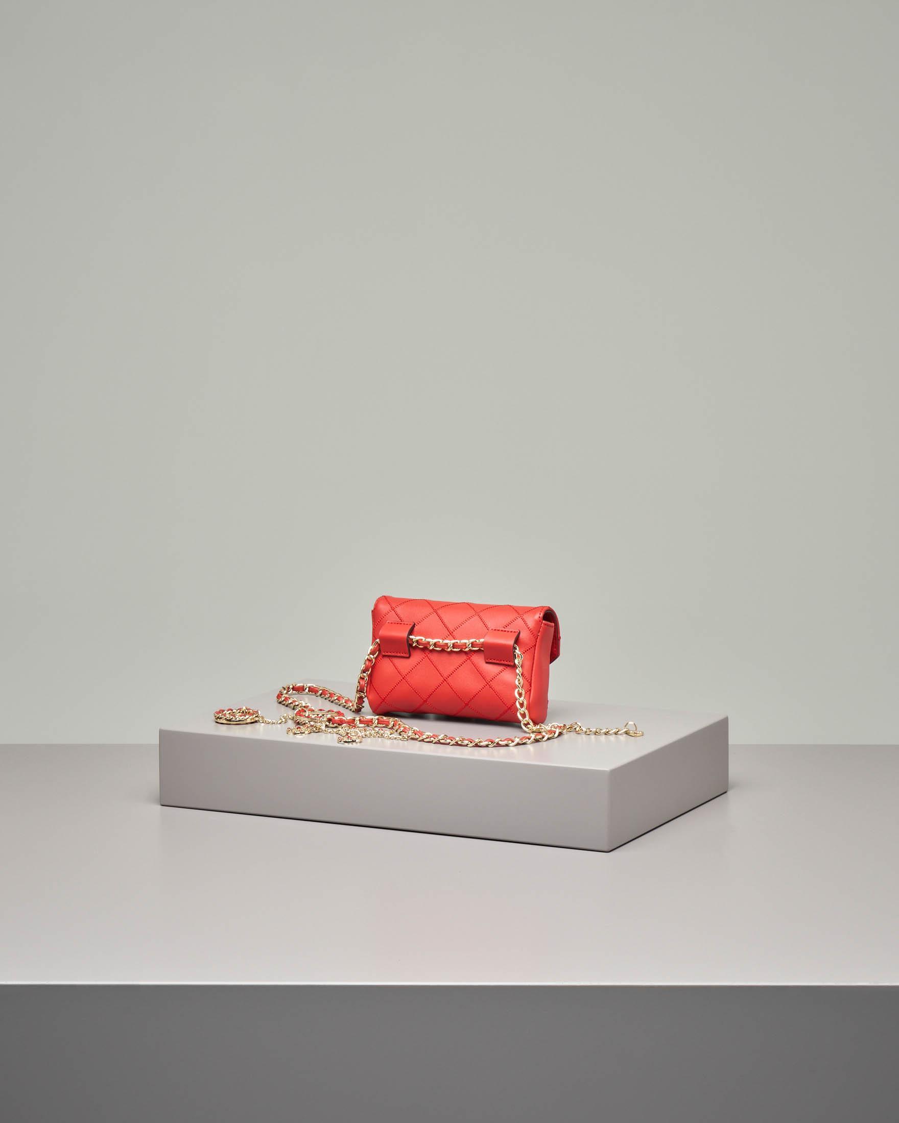 Maruspio rosso in ecopelle matelassè con profili a contrasto e cintura a catena con charms