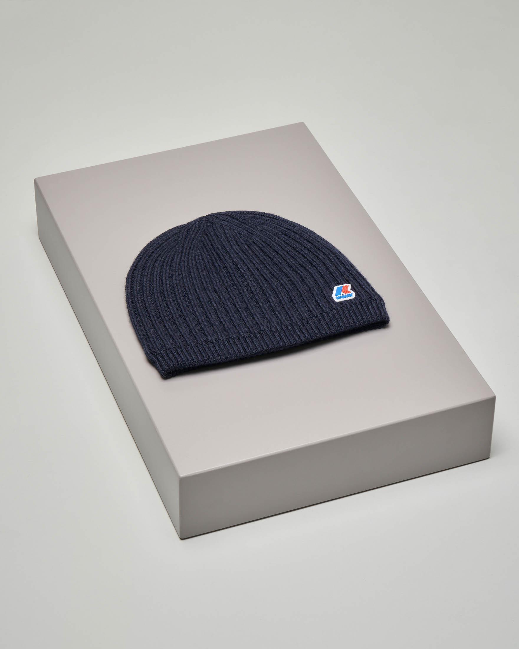 Berretto blu a costine in misto lana