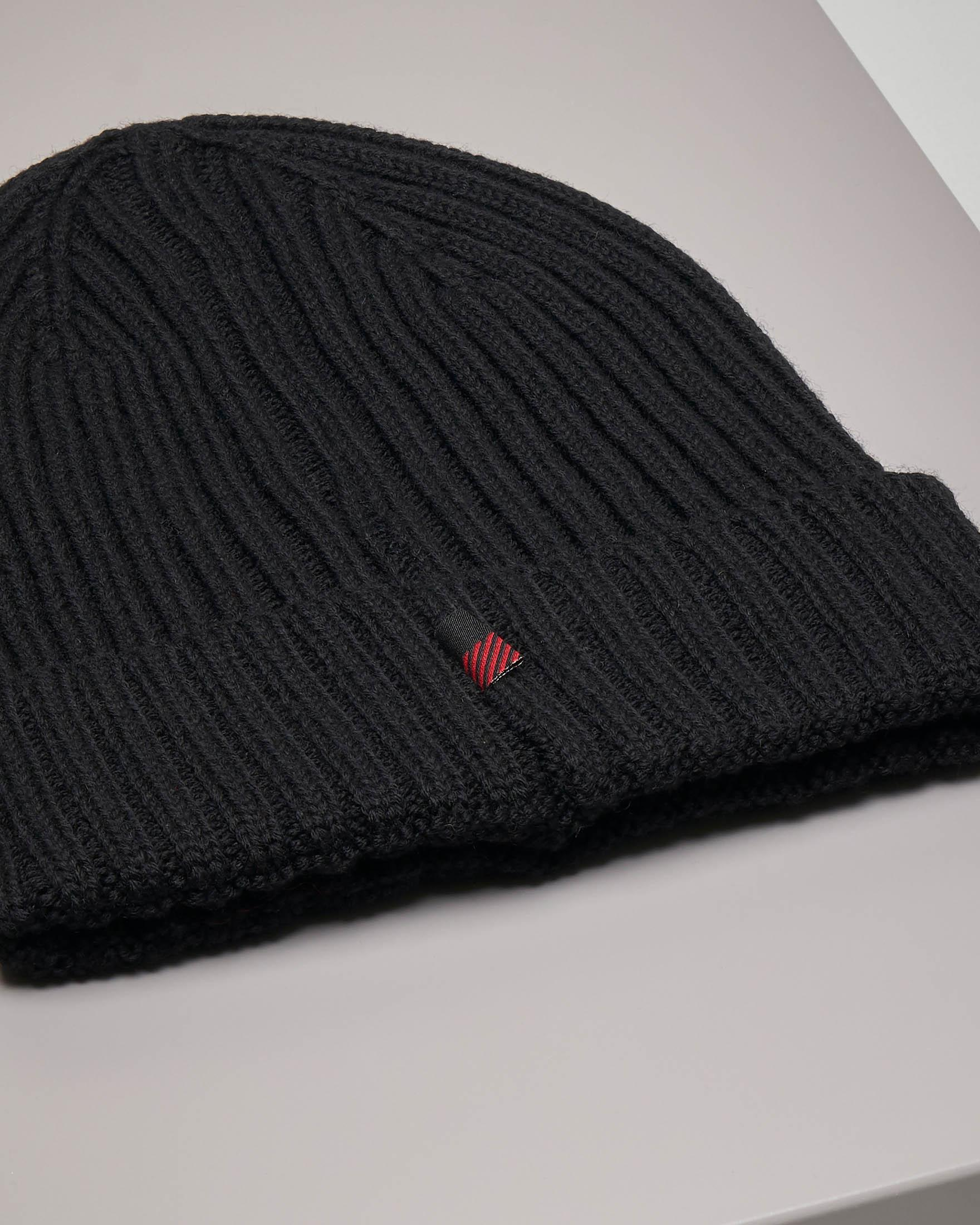 Berretto nero in lana a coste con risvolto
