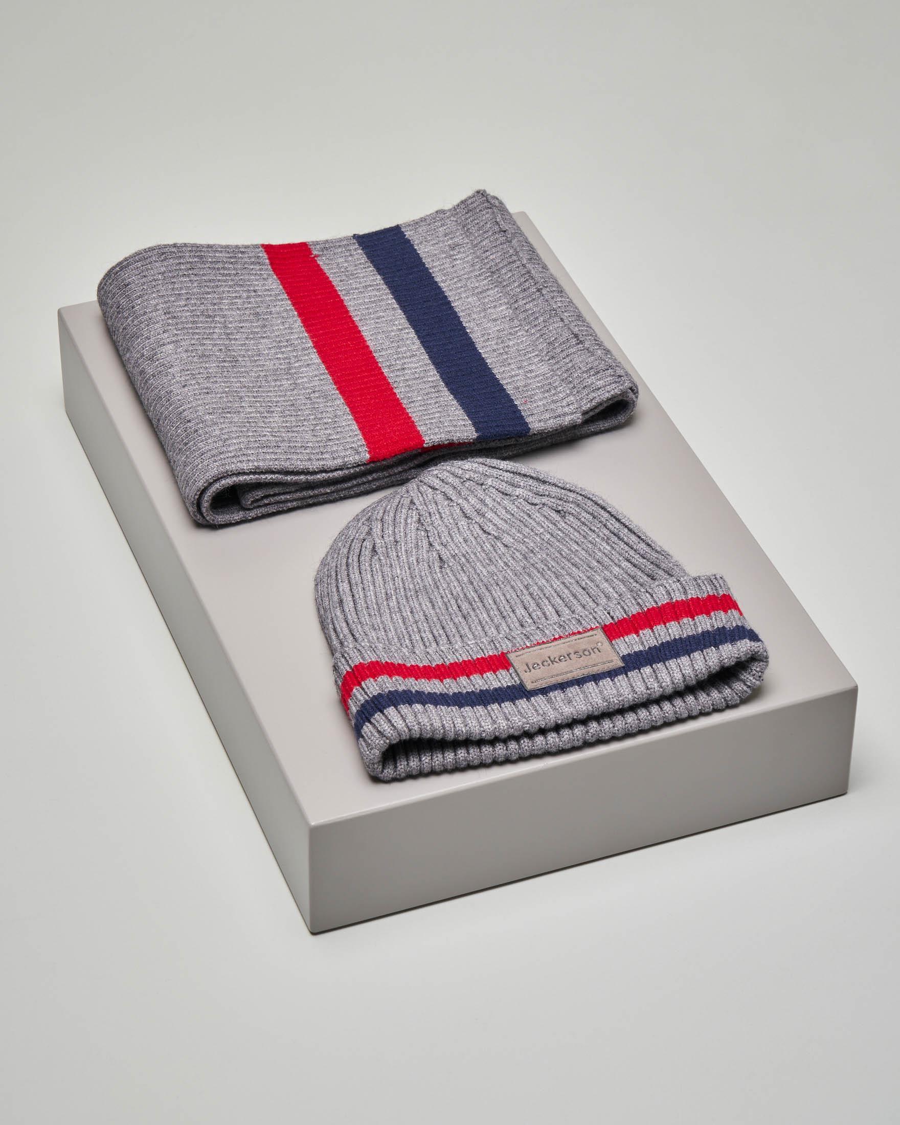 Set sciarpa e berretto color grigio con riga rossa e blu