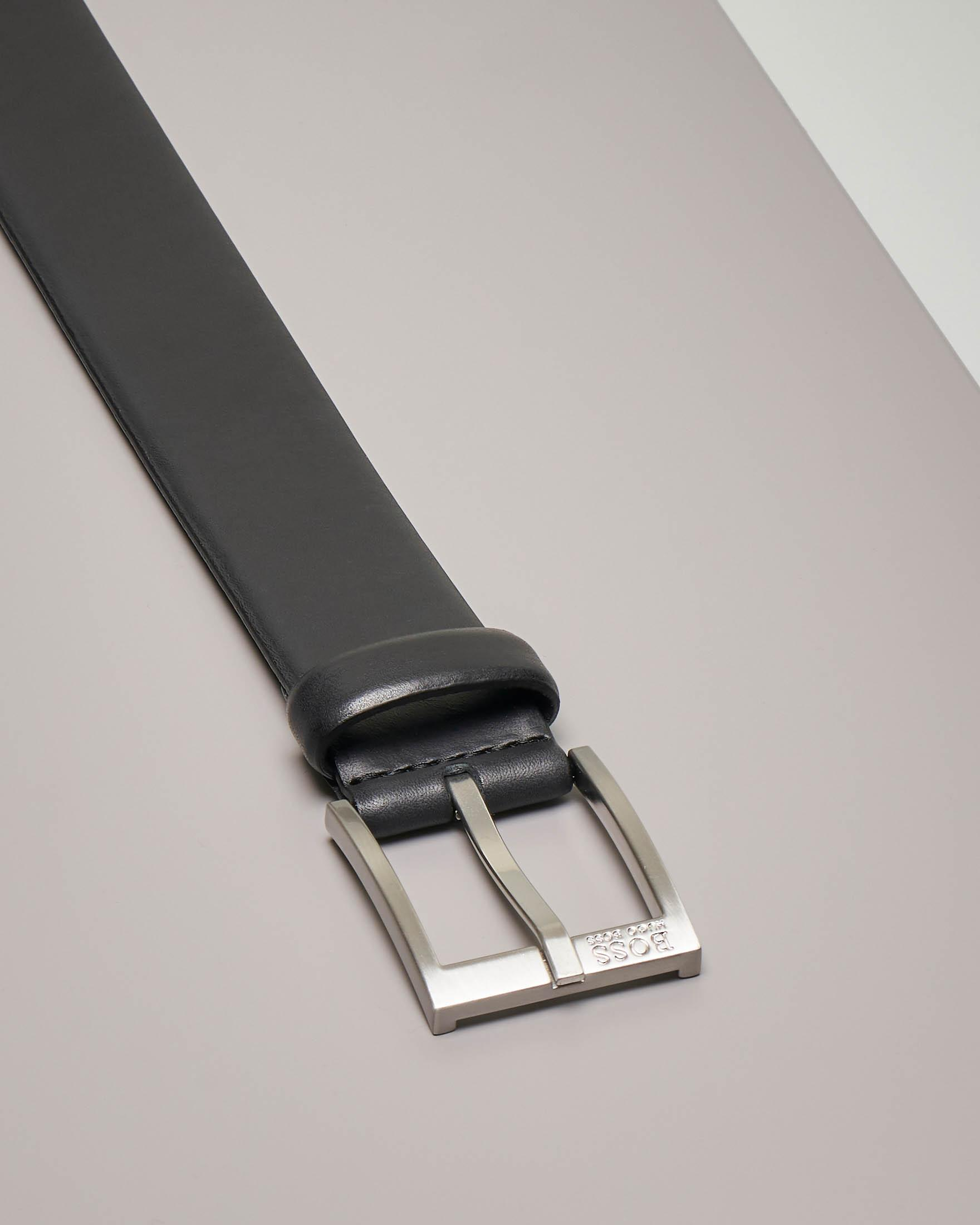 Cintura nera in pelle liscia con fibbia in metallo