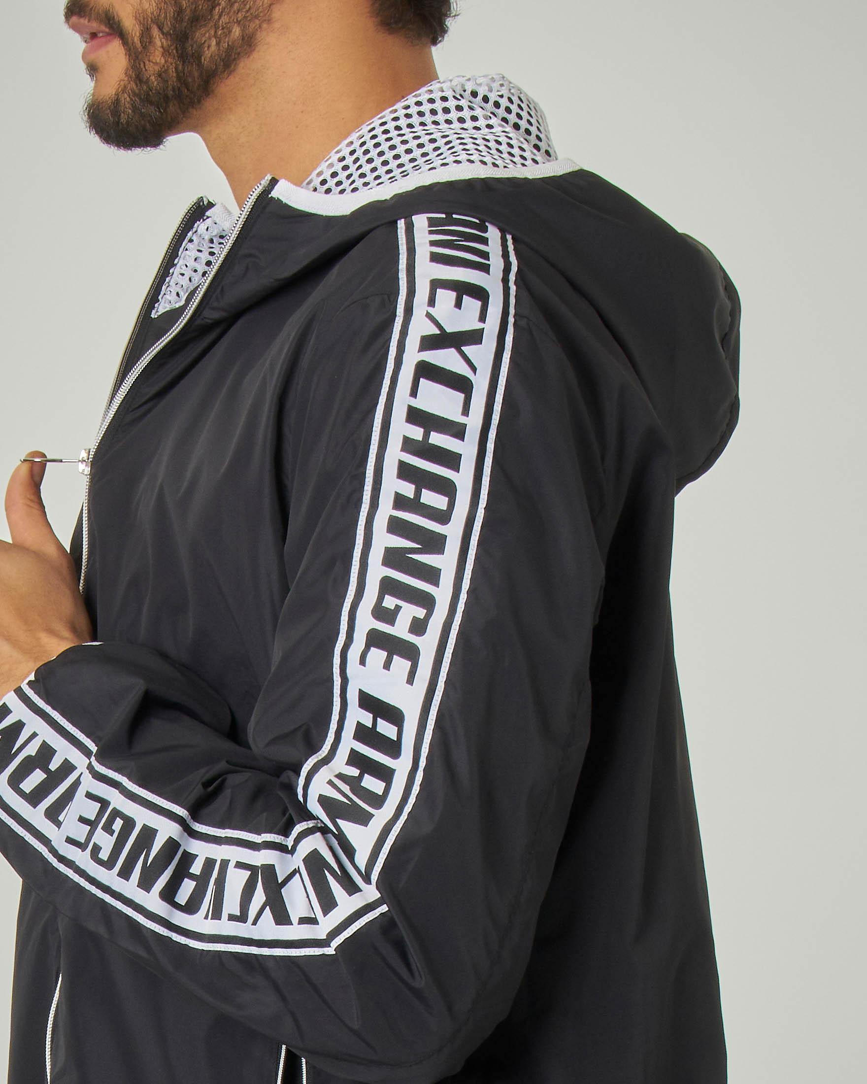 Giacca nera in nylon con bande logate a contrasto