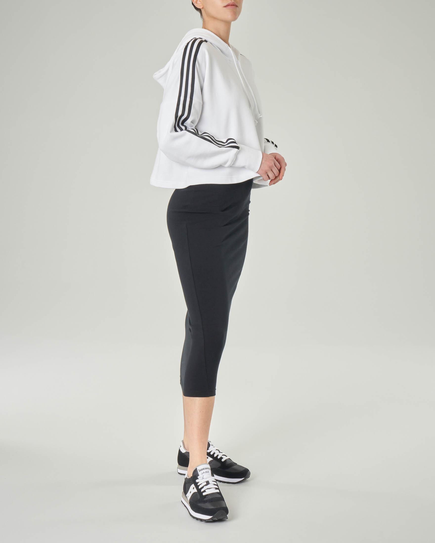 Felpa bianca cropped in cotone con triband nera a contrasto e cappuccio
