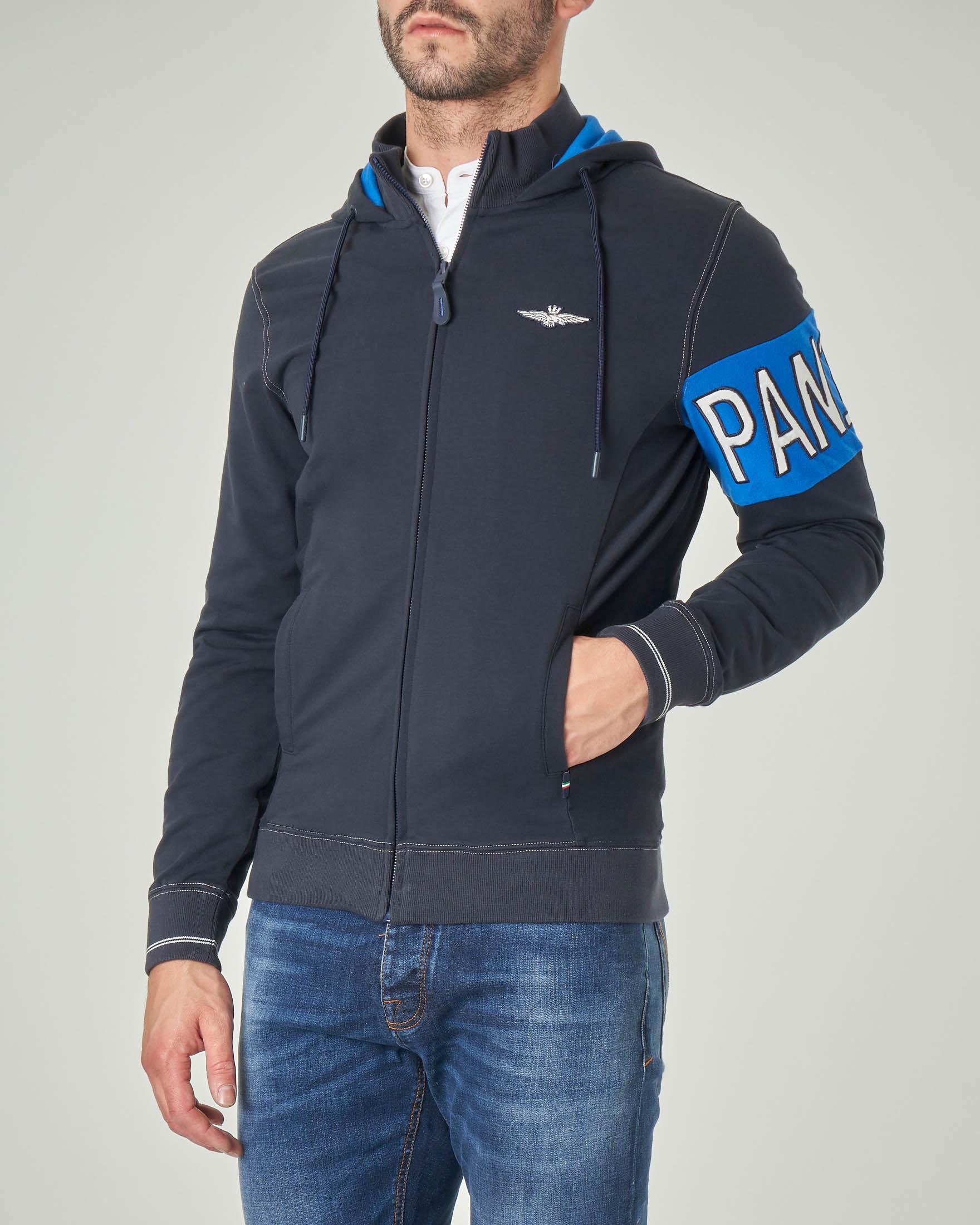 Felpa blu con cappuccio e chiusura zip con fascia sul braccio
