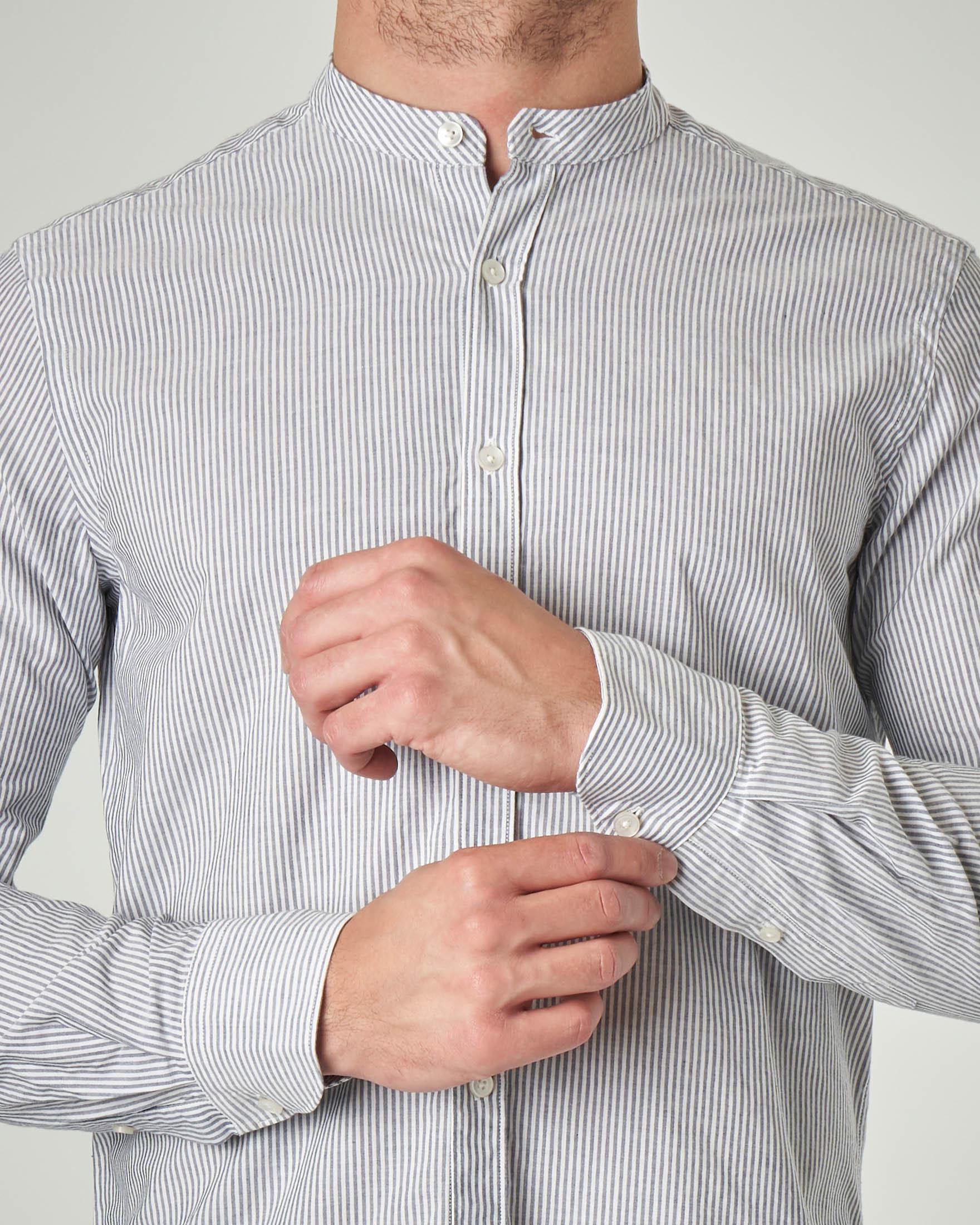 Camicia bastoncino bianco e blu in misto cotone e lino con collo a coreana