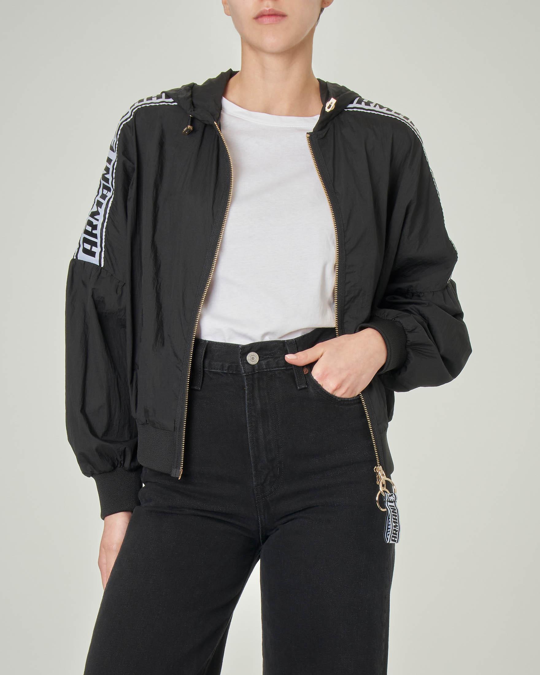 Giubbino nero in nylon con cappuccio fisso e bande con scritta logo sulle spalle