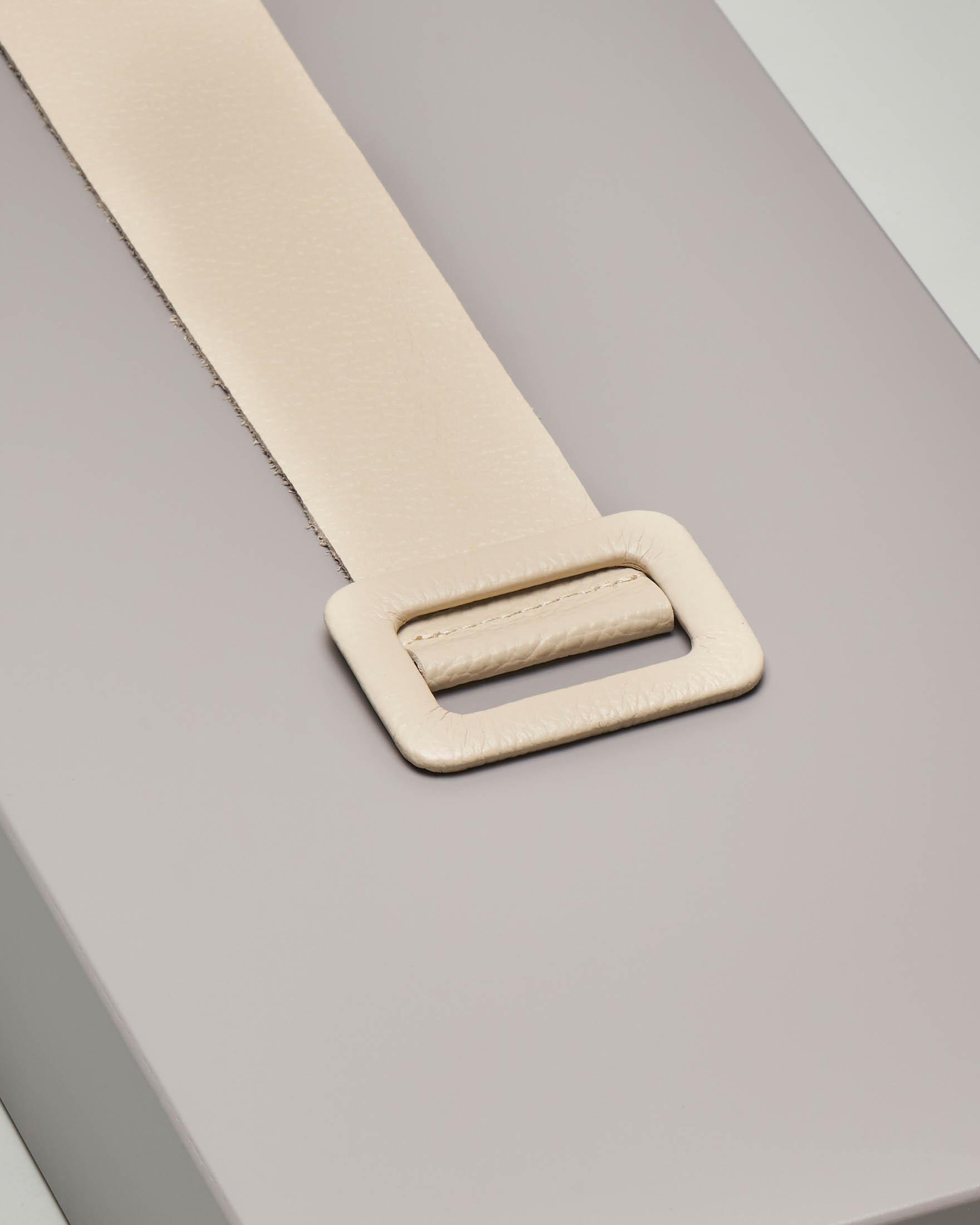 Cintura in pelle liscia color panna con fibbia tono su tono