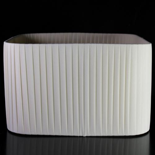 Paralume quadrato 30x30x18 cm rivestito in pongè nastrato color avorio. Montatura bianca attacco E27