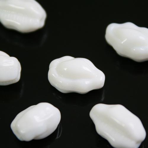 Perla ovoidale lavorata in pasta di vetro bianca, 12 mm
