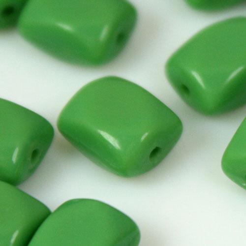 Perla prisma piccolo in pasta di vetro verde, 8 mm
