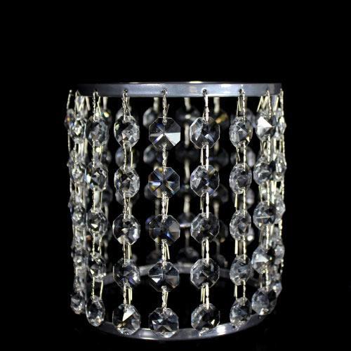 Portacandela vernice cromo allestito con 18 catene di ottagoni in vetro molato, colore cristallo, e clip nickel. Ø 10 cm x H 12 cm, rigetta 6 mm passo 18 mm.