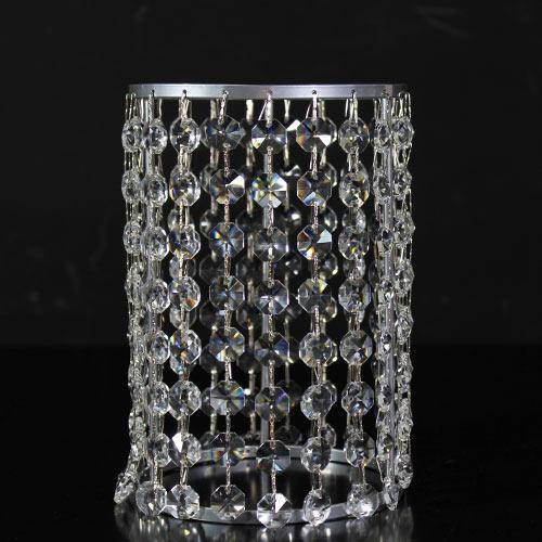 Portacandela verniciato cromo allestito con 21 catene di ottagoni in vetro molato, colore cristallo. Ø 12 cm x h. 18 cm, rigetta 6 mm passo 18 mm.