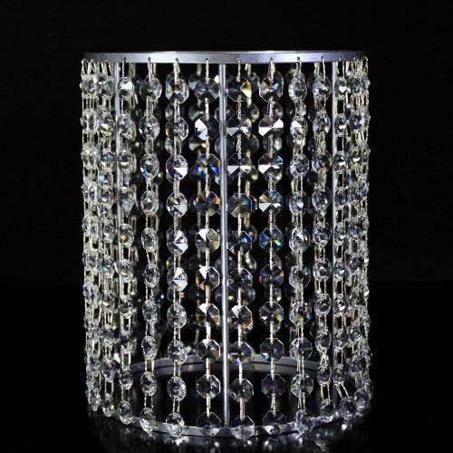 Portacandela verniciato cromo allestito con 31 catene di ottagoni in vetro molato, colore cristallo. Ø 18 cm x h. 23 cm, rigetta 6 mm passo 18 mm