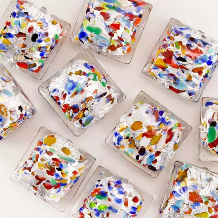 Perla di Murano quadrata per gioielli vetro, disegno puntini multicolor 18 mm. Vetro foglia argento e smalti colorati. Foro passante.