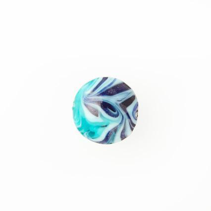 Perla di Murano schissa Fenicio Ø14. Vetro verde marino, turchese, lapis e avventurina blu. Foro passante.