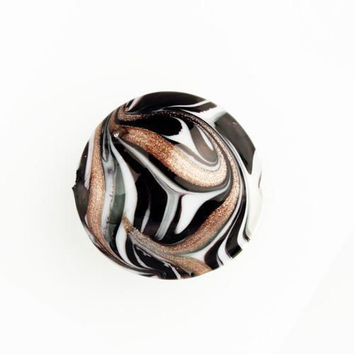 Perla di Murano schissa Fenicio Ø30. Vetro bianco, grigio, nero, e avventurina. Foro passante.
