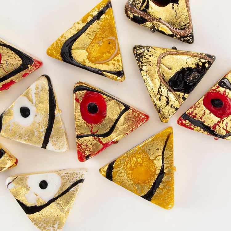 Perla di Murano triangolare per gioielli vetro, disegno Mirò 25 mm. Vetro murrina foglia oro e smalti colorati. Foro passante.