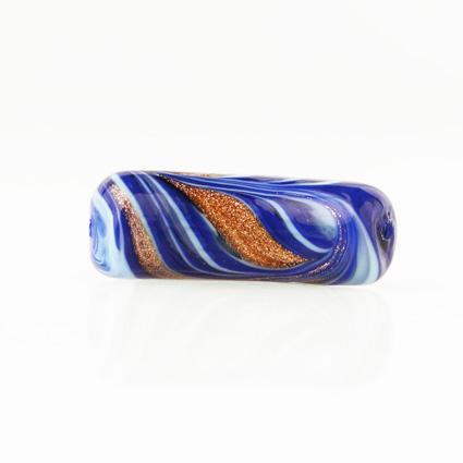 Perla di Murano tubo curvo Fenicio Ø9x23. Vetro blu lapis, azzurro e avventurina. Foro passante.