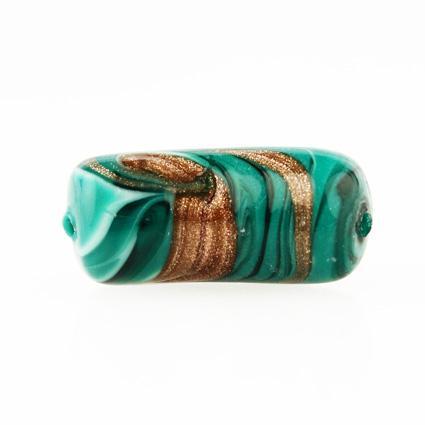 Perla di Murano tubo curvo Fenicio Ø9x23. Vetro verde chiaro, verde acqua, verde scuro e avventurina. Foro passante.