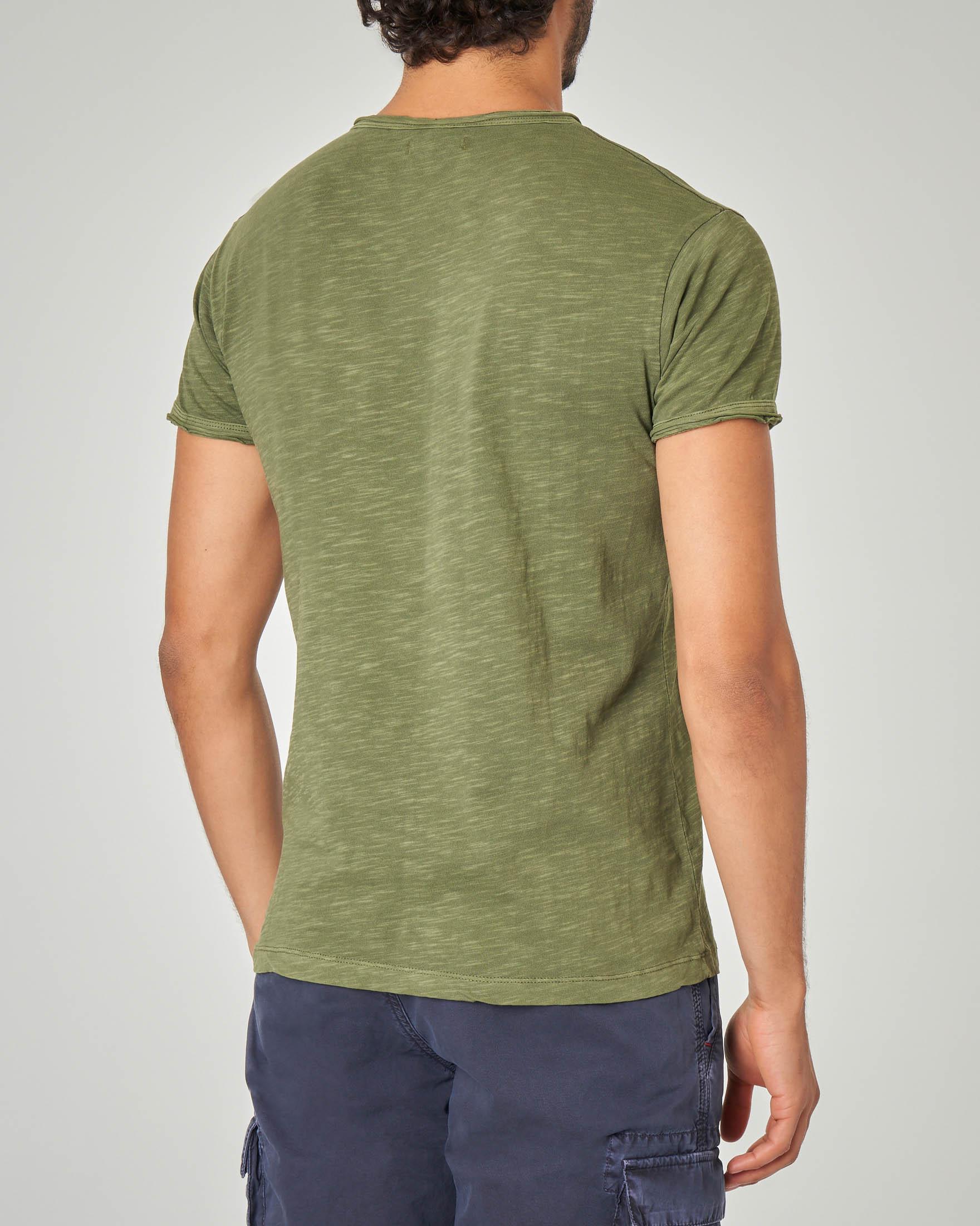 T-shirt serafino verde militare in tessuto slub