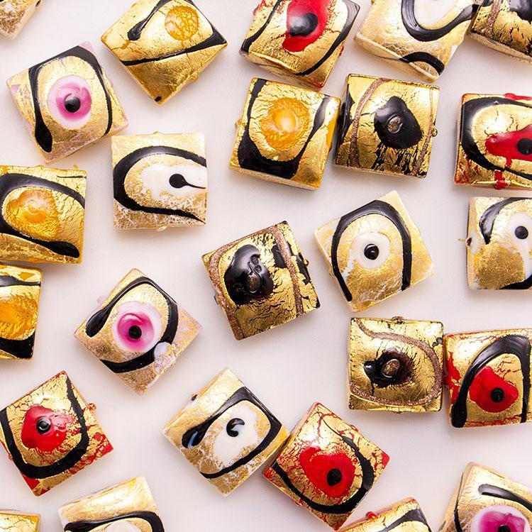 Perla di Murano quadrata per gioielli vetro, disegno Mirò Ø18. Vetro foglia oro e smalti colorati. Foro passante.