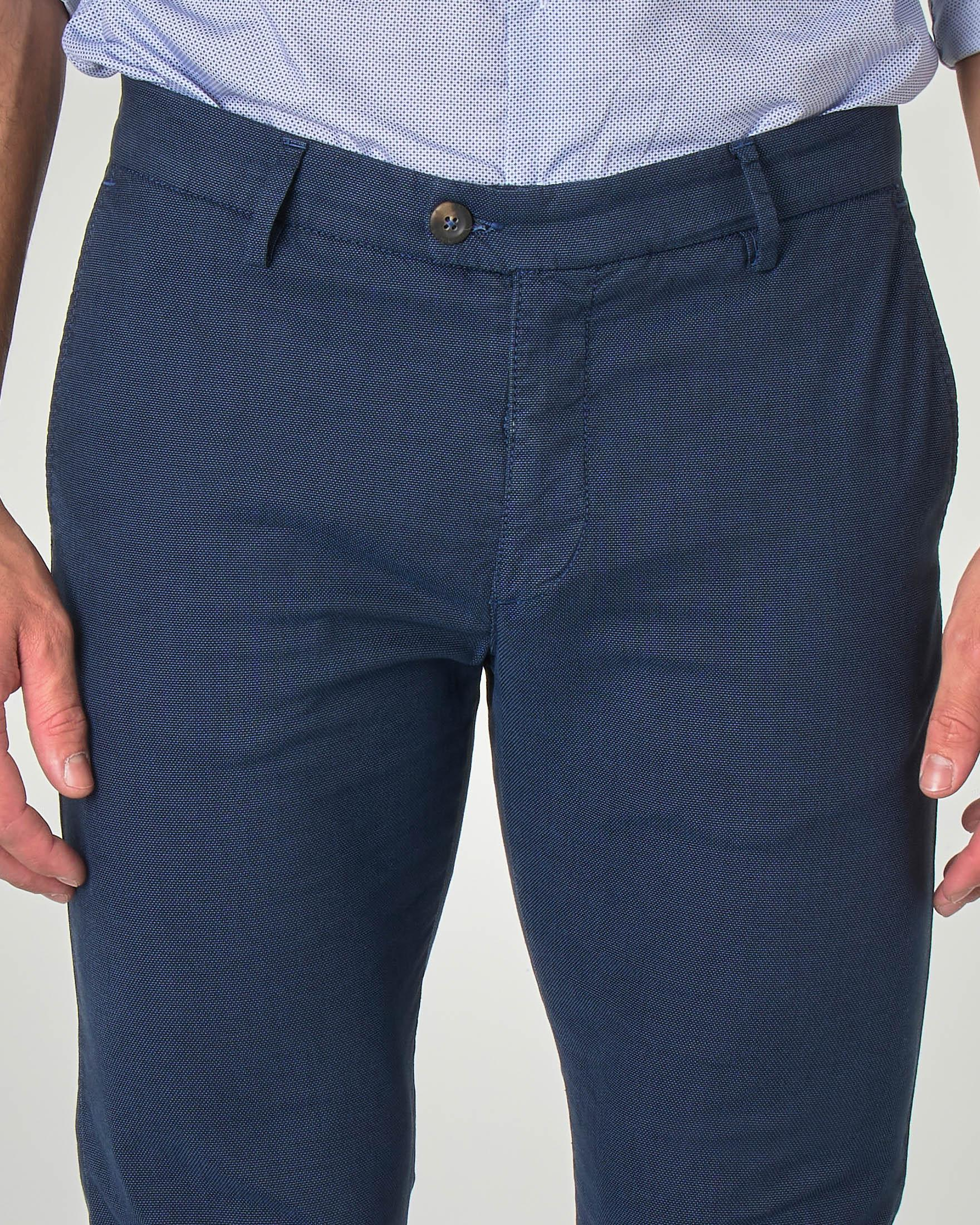 Pantalone chino blu indaco in tessuto puntaspillo stretch