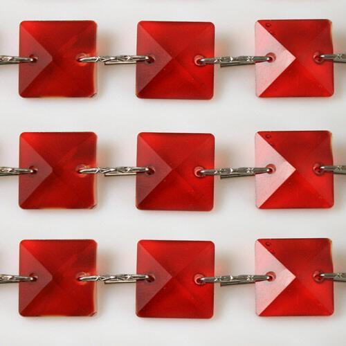 Catena quadrucci cristallo 22 mm - lunghezza 50 cm. Colore rosso - clip nickel.