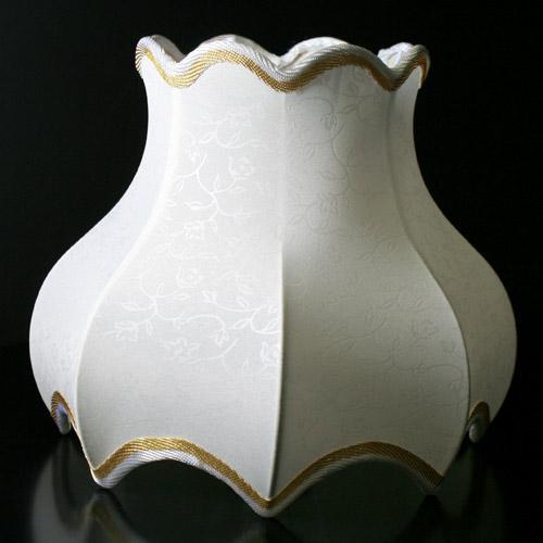 Paralume 23x14x20 cm forma barocca color bianco pongè stampato e con passamaneria oro. Attacco E14