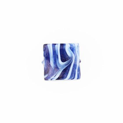 Perla di Murano schissa Fenicio Ø14. Vetro pervinca, lapis e avventurina blu. Foro passante.