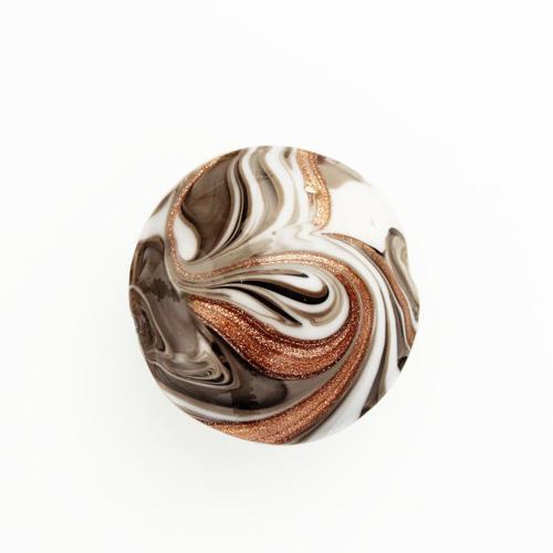 Perla di Murano schissa Fenicio Ø30. Vetro bianco, grigio e avventurina. Foro passante.