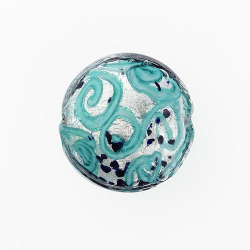 Perla di Murano schissa Medusa Ø30. Vetro verde marino, foglia argento e avventurina blu. Foro passante.