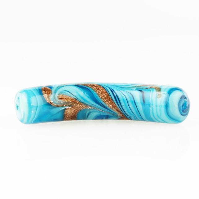 Perla di Murano tubo curvo Fenicio Ø10x48. Vetro bianco, turchese e avventurina. Foro passante.
