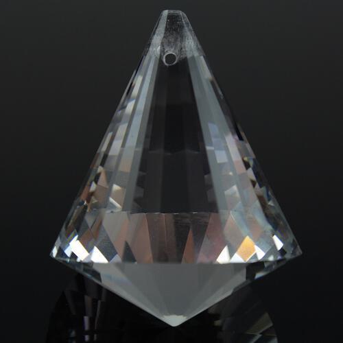 Prisma sfaccettato in vetro molato color cristallo, altezza 40 mm. Foro passante in cima.