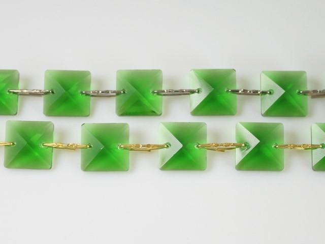 Catena quadrucci cristallo 14 mm - lunghezza 50 cm. Colore verde - clip nickel.