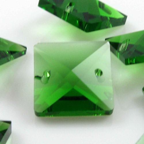 Catena quadrucci cristallo 16 mm - lunghezza 50 cm. Colore verde - clip ottone.