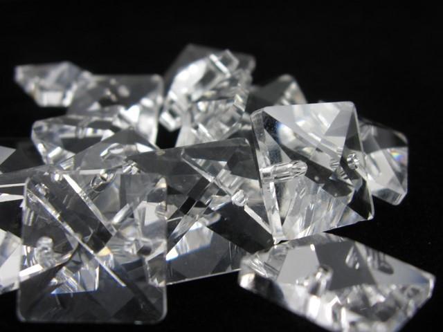 Catena quadrucci cristallo 18 mm - lunghezza 50 cm. Colore puro - clip ottone.