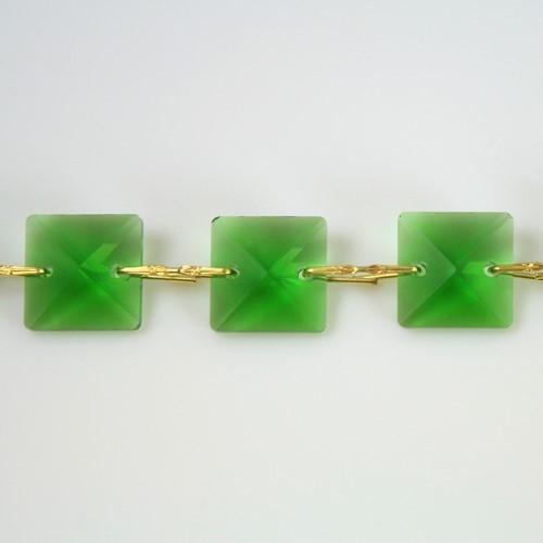 Catena quadrucci cristallo 18 mm - lunghezza 50 cm. Colore verde - clip ottone.