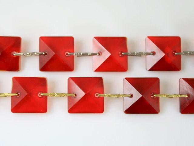 Catena quadrucci cristallo 18 mm - lunghezza 50 cm. Colore rosso - clip nickel.