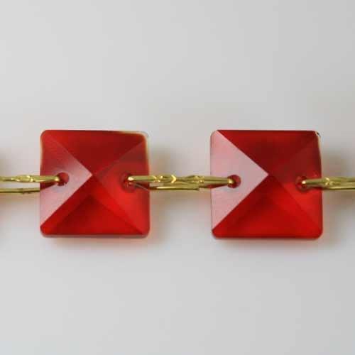 Catena quadrucci cristallo 18 mm - lunghezza 50 cm. Colore rosso - clip ottone.