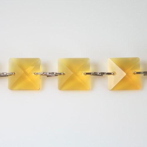 Catena quadrucci cristallo 18 mm - lunghezza 50 cm. Colore giallo - clip nickel.