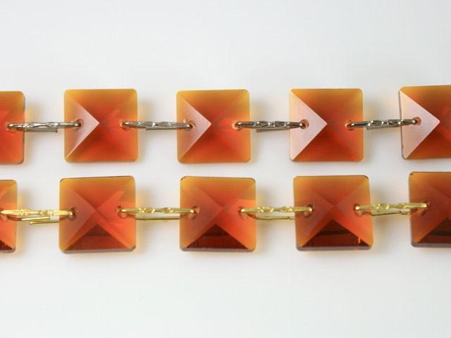 Catena quadrucci cristallo 20 mm - lunghezza 50 cm. Colore ambra - clip nickel.